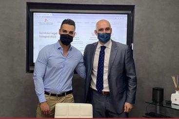 Firma de acuerdo entre vegas legal y Pablo tellez en el despacho de vegas legal